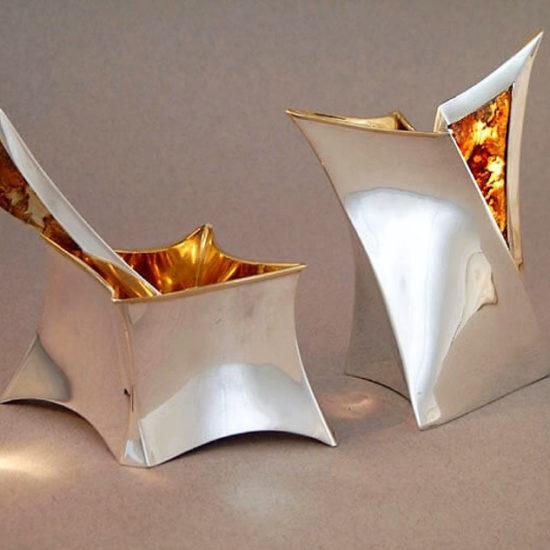 Cukiernica z łyżeczką i mlecznikiem. Naczynia zostały wykonane ze srebra i bursztynu, wnętrza są złocone. Zostały wykonane i sprzedane do kolekcji prywatnej.