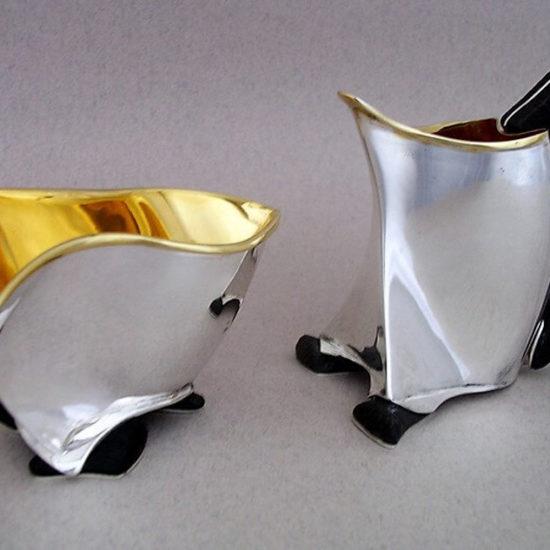 Cukiernica z mlecznikiem. Naczynia zostały wykonane ze srebra i czarnego dębu, wnętrza są grubo złocone. Zostały wykonane i sprzedane do kolekcji prywatnej.