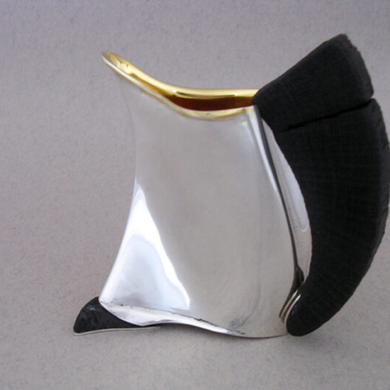 Dzbanek do herbaty. Dzbanek o pojemności 1,2 litra, wykonany ze srebra i czarnego dębu, wnętrze grubo złocone