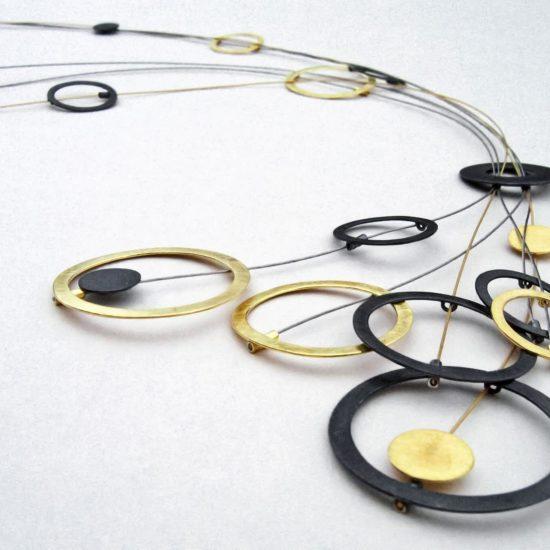 Naszyjnik długi złoto czarny – srebro oksydowane i srebro pozłacane.