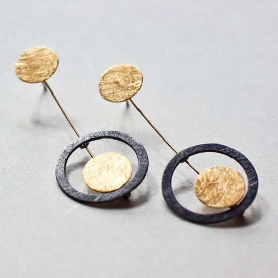 Kolczyki mini– srebro matowane, patynowane i srebro pozłacane.