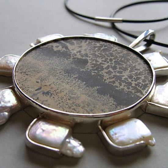 Słoneczny Wisior. Praca zaprojektowana do kolekcji prywatnej w 2010 roku, wykonana ze srebra, kamienia półszlachetnego - jaspisu oraz pereł.