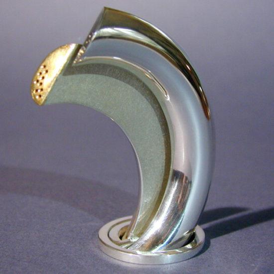 Solniczka i pieprzniczka. Komplet został wykonany na zamówienie ze srebra, częściowo rutenowanego i złoconego.