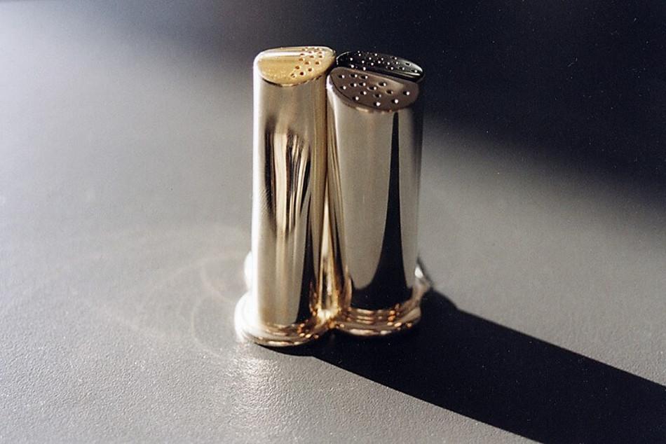 Komplet Adam i Ewa. Solniczka i pieprzniczka, wykonane na zamówienie ze srebra, częściowo rutenowanego i złoconego.